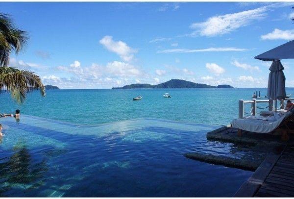 """Quando a água do mar se """"mistura"""" com a água da piscina! Essa é a Ilha Phuket na Tailândia."""