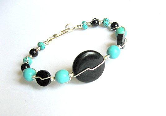 Bratara onix negru si turcoaz albastru deschis / bleu, pietre semipretioase si sarma argintata - idei cadouri femei