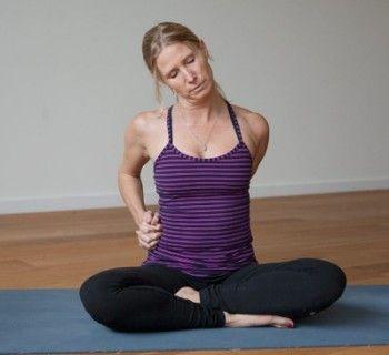8 минут йоги для потрясающих снов. Испытываете проблемы со сном? Откажитесь от снотворного и поверьте в йогу! Это действительно работает. Легкий способ попасть встрану снов разработал Эдвард Вилга (Edward Vilga), автор DVD «Йога вкровати: 20асан впижаме». Всего 5простых упражнений наоснове йоги, которые расслабляют ваше тело иум. 1. Расслабление шеи иплеч ©Esther Ekhart Время выполнения: 00:00-2:00