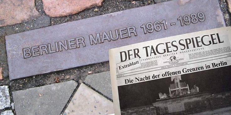 Con la caduta del muro prevale la lingua tedesca di Berlino nei confronti di quella di Bonn. Anche i tedeschi hanno in qualche modo dovuto imparare il tedesco come lo conosciamo oggi!  9 novembre 1989 presso Berlino  Berlino: cade simbolicamente e fisicamente il muro che divideva la città dal 1961  #Berlino #muro #storytelling #directo