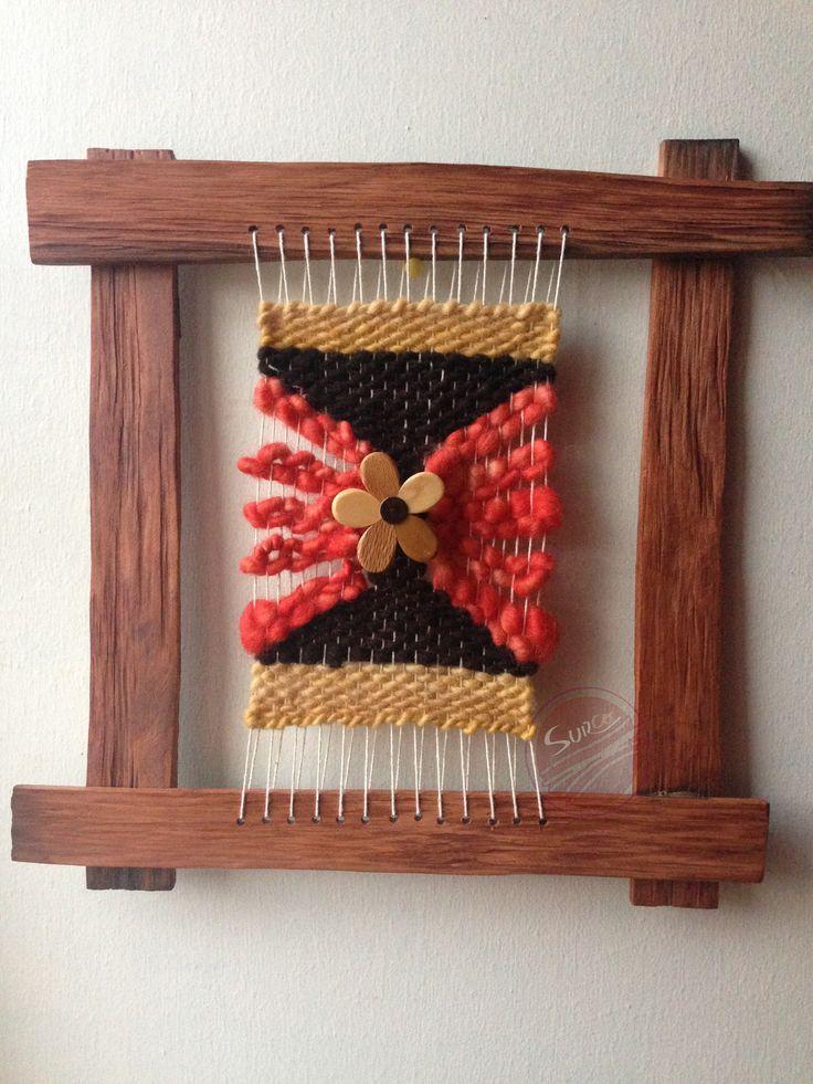 Telar decorativo en marco de alerce de 30 x 30 centímetros. Tejido en lanas 100% naturales