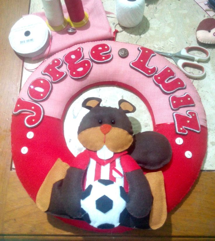 Guirlanda de maternidade <br>Tema times de futebol <br>Exemplo clube Bangu e castorzinho.mascote <br>33cm de diâmetro.