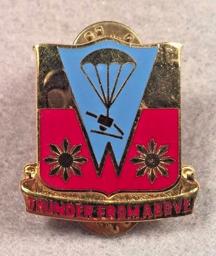 US Army 674th Abn Field Artillery Battalion DUI NSM CB DI Pin Unit Crest 352L