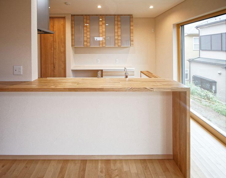 対面キッチンには奥行きのある木製カウンターを設え、リビングのご家族と対話型の間取りとなっています。|キッチン|カウンター|タイル|自然素材|