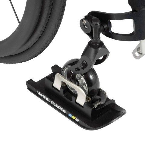 Cool! Ski's aan je rolstoel, dat zijn de Wheelblades. Zepassen op alle normale rolstoelen, wandelwagens en revalidatiebuggy's.