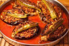 Gefüllte Auberginen mit Hackfleisch türkisch – karnıyarık sind eines der leckersten türkischen Rezepte die ich kennengelernt habe. Die Zusammenstellung von Aubergine, reifen Tomaten, scharfer türkischer Paprika und kräftig gewürztem Hackfleisch ist einfach nur köstlich. Es verleitet dazu etwas mehr zu essen als nötig wäre um satt zu sein, deshalb auch die Berechnung von 5 Auberginen...#türkische #rezepte #kochen #backen http://wp.me/p4knBX-Hi