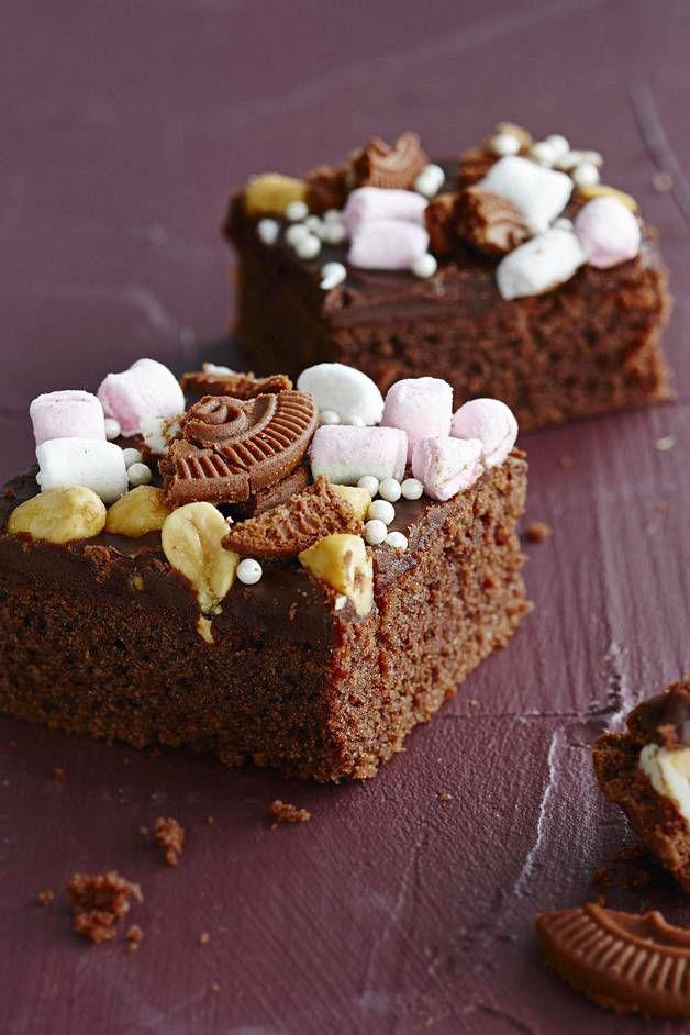 Äitienpäiväversiossa pintaa koristavat nonparellien lisäksi Rocky road -suklaasta tutut pähkinät ja vaahtokarkit. Täytekeksin palat tuovat mukaan rapeutta.