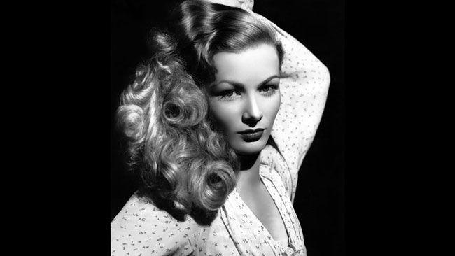 Veronica Lake Constance Frances Marie Ockelman, mieux connue sous le nom de Veronica Lake, est une actrice des années 1940 qui a connu une vie rocambolesque. Photo prise en 1952.