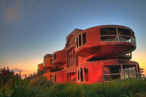 Sanzhi Pod City (Taiwan) Un projet de centre de vacances au design futuriste rapidement abandonné en raison du manque de financement et d'accidents pendant la construction.