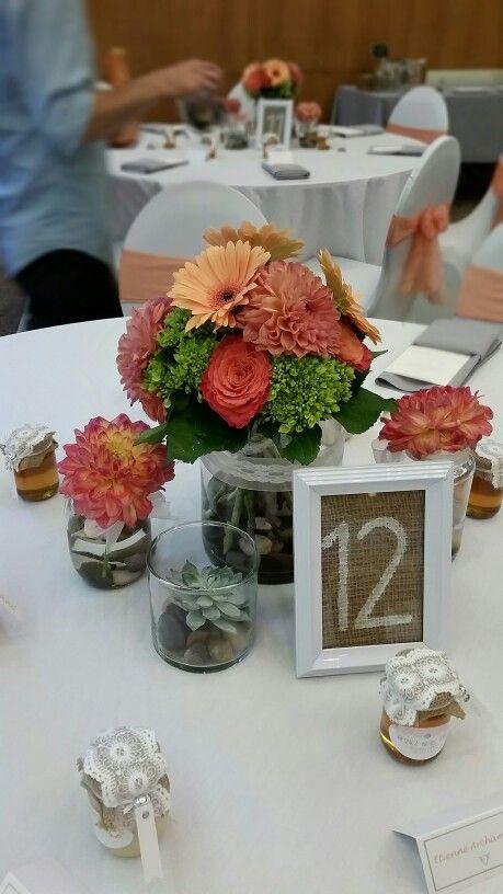 Centre de table fleurs et plante grasse Corail - blanc - vert Www. StylisteFlorale.ca