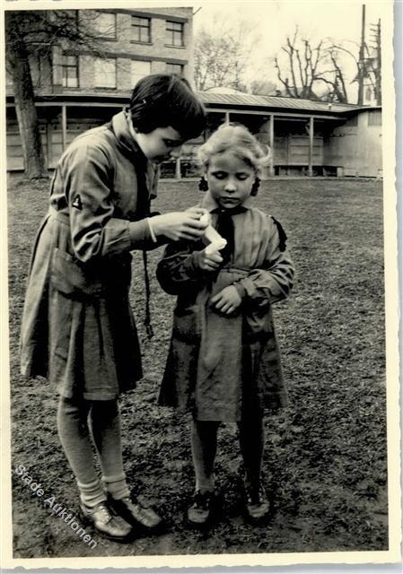 """Vintage #Swiss #Brownie Guides (bees)  ---- Junge Pfadfinderinnen aus der #Schweiz wurden bis 2010 """"Bienli"""" genannt genannt."""