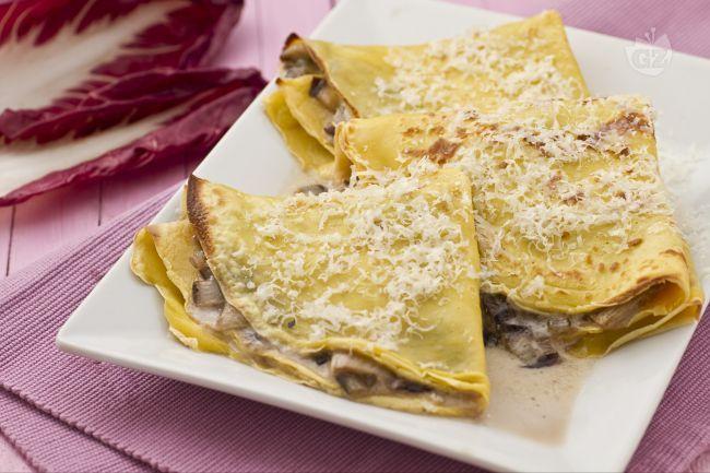 Le crespelle gorgonzola e radicchio sono un primo piatto sfizioso e sostanzioso il cui ripieno è preparato con una gustosissima crema di gorgonzola con radicchio.