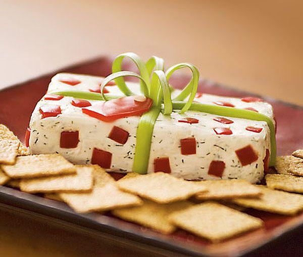 Achei a ideia fofa para um belisquete de Natal. A receita original, bem como esta foto são –> daqui. É bem simples de fazer, basta misturar cream cheese com alguns temperinhos (no caso ele…