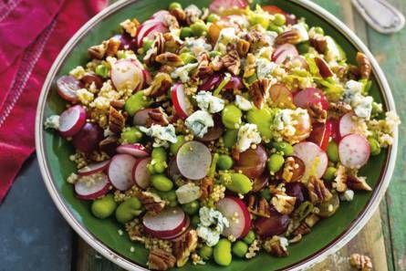 1 pak quinoa (275 g) 1 zakje verse doperwten (200 g) 1 pak fijne tuinboontjes (300 g, diepvries), ontdooid 1 bos radijs 1/2 bak pitloze rode druiven (a 500 g) 2 limoenen, schoongeboend 4 el olijfolie 2 el honing 2 el wittewijnazijn 1 bakje pecannoten (70 g), grofgehakt 1 stuk Gorgonzola 48+ (kaas, 205 g), verkruimeld