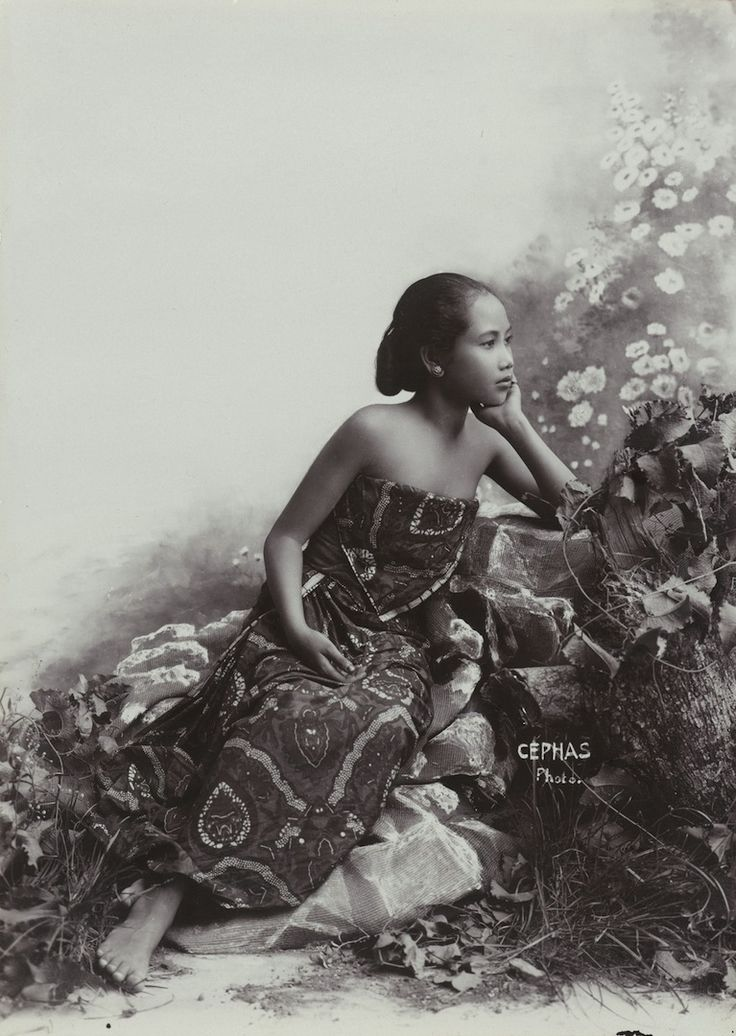 Kassian Cephas (1845-1912) Studio Portrait of a seated young Javanese Girl, circa 1890-1910 Les sources d'une île