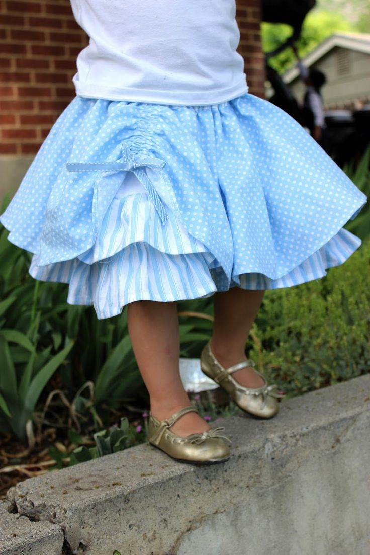 Blue Circle Skirt ~ Tutorial on refugee crafter.  I love this!  Dana's (danamadeit) circle skirt with her layered ruffle skirt. Would never have thought to do that. I like the idea of keeping them separate for mixing and matching.