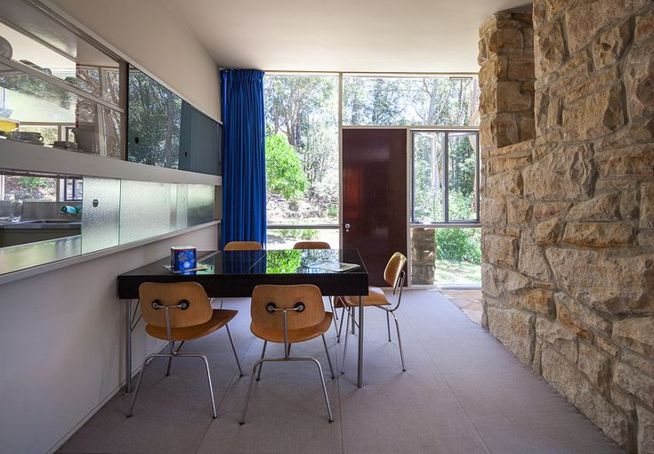 Столовая рядом с кухней и за камином от гостиной.  (1950-70е,середина 20-го века,медисенчери,медисенчери модерн,средневековый модерн,модернизм,mcm,архитектура,дизайн,экстерьер,интерьер,дизайн интерьера,мебель,столовая,дизайн столовой,интерьер столовой,мебель для столовой) .