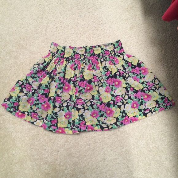 Floral print skirt Very cute floral printed skirt from Forever 21. Good condition, worn a few times. Can be worn at hips or waist Forever 21 Skirts Circle & Skater