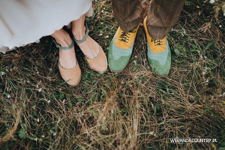 Baletki i kolorowe półbuty? Styl rustykalny usprawiedliwia odrobinę szaleństwa. #wesele #rustykalne #ślub #styl #wiejski #sluby #pannamloda #panmłody #karoca #wóz #trendy2018  #zabawa #dekoracje #ślubne #pomysły #inspiracje  #wedding #bride #bridal #stylish #rustic #village #country #rural #cart #trends2018 #ideas #inspiration #hair #flower #decoration #Свадьба #свадьба #принятие #оформление