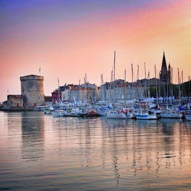 Le port de La Rochelle nuit tombante.