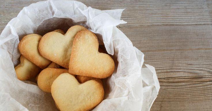Mélanger l'oeuf, le sucre et le sel.Ajouter ensuite toute la farine d'un coup, malaxer et égrener à la main.