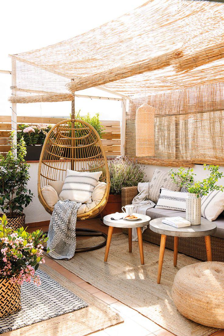 Rincón en la terraza con una butaca y un sofá de fibras bajo un techo de caña_006 DSC3305