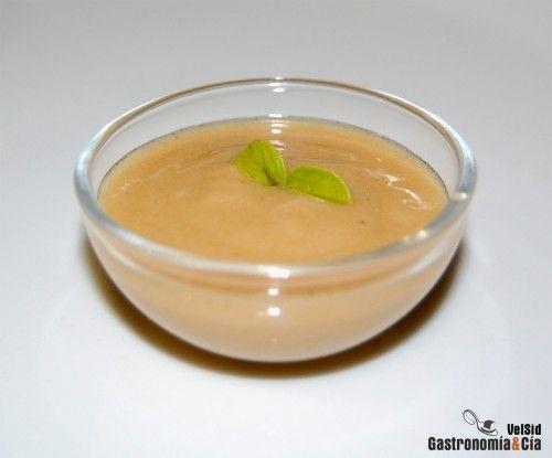 Puedes elaborar una rápida y sabrosa receta de salsa de gambas con la que aderezar un sinfín de platos, un cóctel de gambas, un pescado al horno, una crema, una sopa, incluso unas gambas a la plancha que quieras servir a tus comensales, con un pequeña cantidad de esta salsa potenciarás su sabor.La Salsa de gambas que hoy hemos preparado es ideal para elaborar a la vez que haces el plato principal y servirla caliente y recién hecha. Posiblemente sobrará, sólo tienes que guardarla en un tarro…
