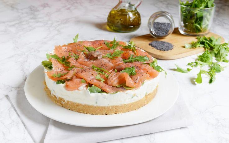 La cheesecake al salmone e rucola è un'idea semplice, fresca, gustosa e senza cottura ed è ideale da portare in tavola come antipasto