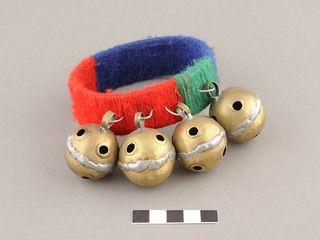 """Kaskahuilla: instrumento musical idiófono mapuche consistente en un grupo de varios cascabeles unidos por un anillo o banda de cuero que se agitan al compás del Kultrun. Son por lo general de bronce y reúnen cuatro o más cascabeles. Su nombre en mapudungun proviene de la palabra española """"cascabel"""""""