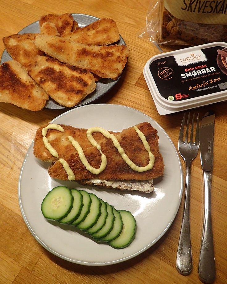 I dag lavede jeg krigsfisk - eller fredsfisk, som det i veganerverden kaldes. Det smager utroligt meget af fiskefilet og har lignende tekstur, men fisken er byttet ud med pastinak. Jeg lægger en opskrift ind på min blog senere. Panerad fisk, remouladsås, rugbrød fisk smørrebrød, macka rågbröd. Fiskburgare. Fishfood