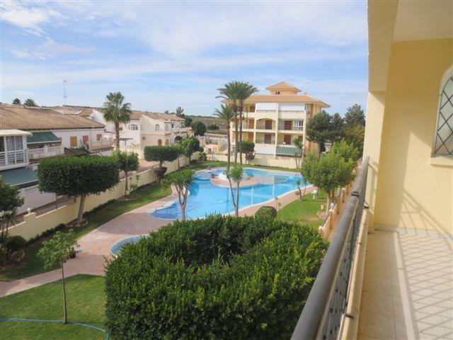 REF 589 : 1 Slaapkamer Appartement in La Mata 300 meter v/h Strand €76.000  Lekker zonnig 1 slaapkamer appartement op slechts 300 meter afstand van het strand in La Mata. La Mata is een kustplaats aan de Costa Blanca, gelegen net naast Guardamar del Segura (Alicante). Er is een ruim balkon van ongeveer 15m2 met uitzicht over de tuinen en het gezamenlijke zwembad. Het appartement ligt in een rustige omgeving, maar alle voorzieningen zijn op loopafstand te bereiken.