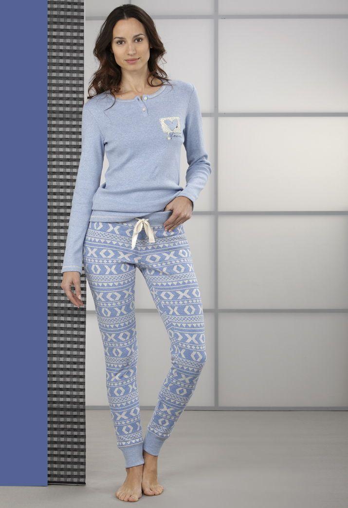 #Pijama dos piezas. Pantalón largo estrecho con estampado geométrico y cinta ajustable en cintura. Camiseta con cuello redondo y manga larga.