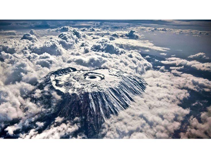 GRAND FORMAT. 15 sublimes photos prises depuis le hublot d'un avion - le Kilimandjaro