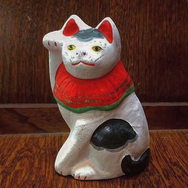 商品説明 浅草に十二階があり、華やかだった明治二十五年頃白井家の今土焼きとは別の猫が数多く出回り人気を博していましてその後ろに丸に〆の字が書かれていたことから〆猫(しめねこ)と呼ばれておりました。【丸〆猫の伝説】嘉永年間、江戸は浅草、花川戸と呼ばれる所。ここに、一匹の猫と暮らす老婆がいたそうです。生活は貧しく、泣く泣く飼っていた猫を手放すことに。その夜のこと、老婆の夢枕に手放した飼い猫が現れ「自分の姿を今土手焼の土人形にし、背中に丸〆の印を入れて売るとよい」というお告げを残しました。夢から覚めた老婆は...