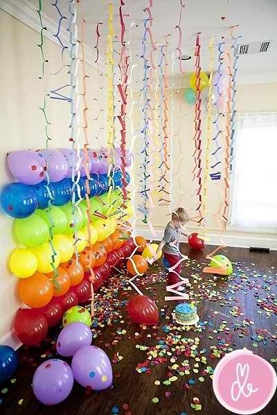 Monter un mur décoratif pour prise de photos amusantes à une fête d'enfants. Des souvenirs qui resteront pour la vie!  Kids party: Set aside one area to create an amazing photo backdrop.