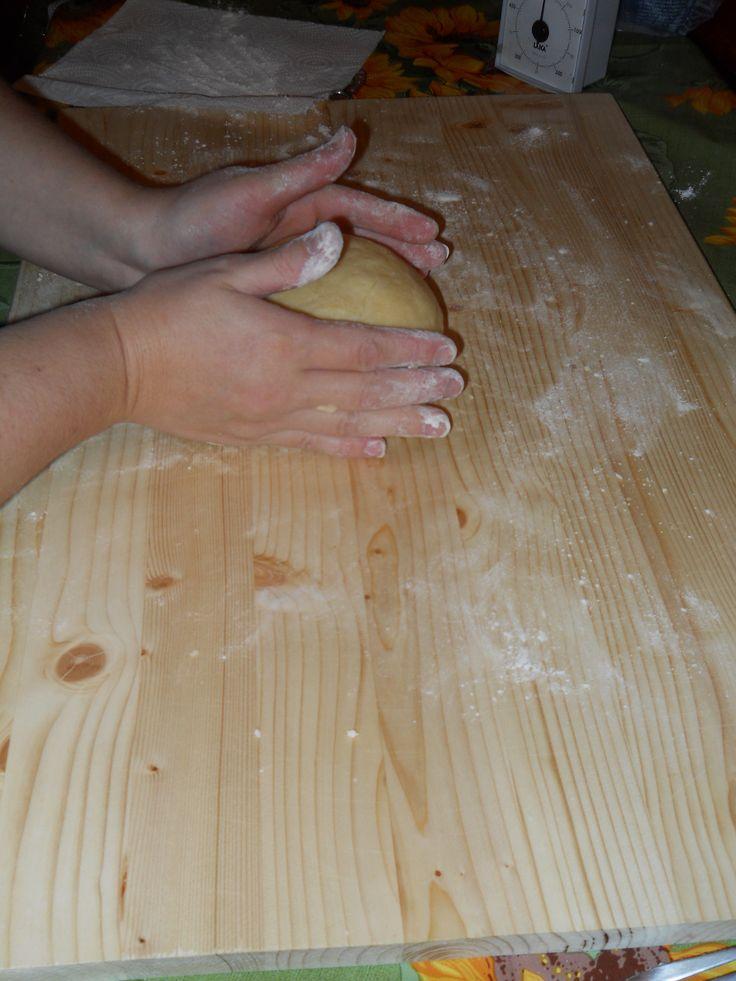 per la pasta frolla: 1 bustina di lievito per dolci 250 g.di farina 00 100 g. di burro 100 g.di zucchero 2 uova medie 1 bustina di vanillina la scorza di un limone sale q.b.
