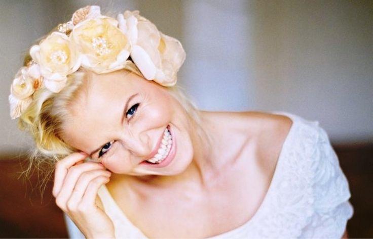 Στολίστε τα μαλλιά σας με λουλούδια Μία ιδέα για το νυφικό χτένισμα.