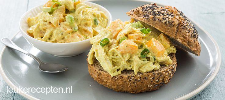 Wist je dat je heel makkelijk zelf je eigen kip kerrie salade maakt? Lekker voor tijdens de lunch op een toastje tijdens een feestje.