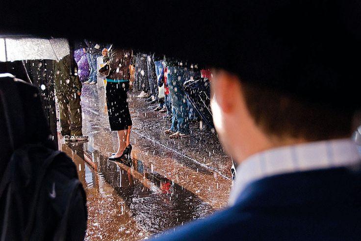 """Deszcz, Londyn, 2007, fot. Nils Jorgensen""""W jeden z deszczowych dni czekałem na mój autobus, gdy nagle pojawiło się słońce i idealnie oświetliło całą scenę. Jeśli musisz dojeżdżać do pracy, podróż ta może dostarczyć wielu tematów""""."""