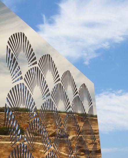 Ημερήσια αντανάκλαση σε διάτρητο φωτιστικό εξωτερικού χώρου σε ιδωτικό event στη Μύκονο. Δείτε περισσότερα έργα μας στο http://www.artease.gr/interior-design/emporikoi-xoroi/
