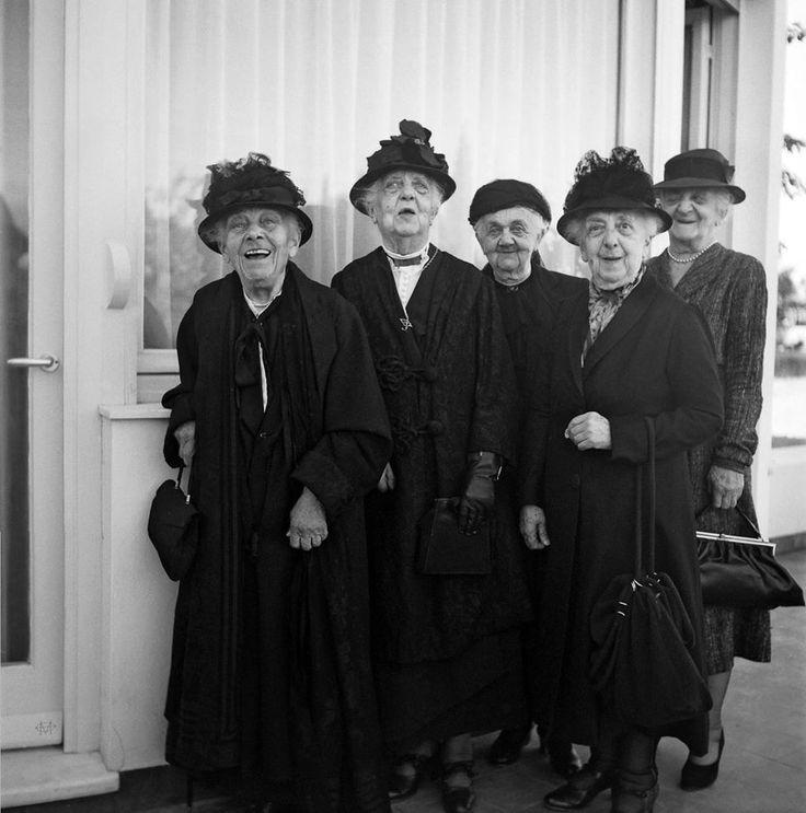 Νικόλαος Τομπάζης, 1948, Αθήνα, κυρίες μιας άλλης εποχής ποζάρουν στο Ψυχικό