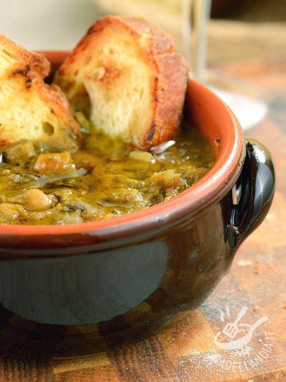 La Ribollita è un famoso piatto toscano, un vero e proprio concentrato di verdure di stagione e legumi. Da ribollire almeno due volte!