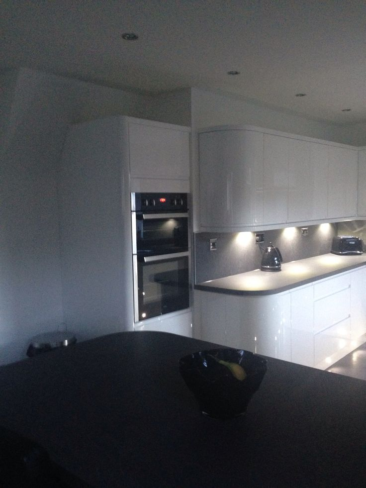 White gloss handless wren kitchen grey slate work top and - White kitchen ideas that work ...