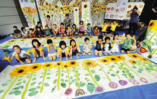 【熊本地震】 熊本地震で被災した子どもたちに届けようと、ヒマワリの絵を描いた子どもたち(28日午前、神戸市東灘区で)=原田拓未撮影