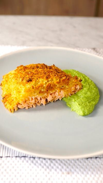 Esse salmão com crosta de panko acompanhado com purê de ervilha vai agradar a família inteira!