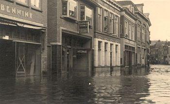 Onze winkel aan de grotestraat 167 een beetje onder water. Watersnood 1946