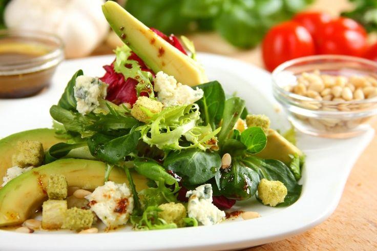 Sprawdzony przepis na Sałatka Napoli z awokado - VIDEO. Wybierz sprawdzony przepis eksperta z wyselekcjonowanej bazy portalu przepisy.pl i ciesz się smakiem doskonałych potraw.