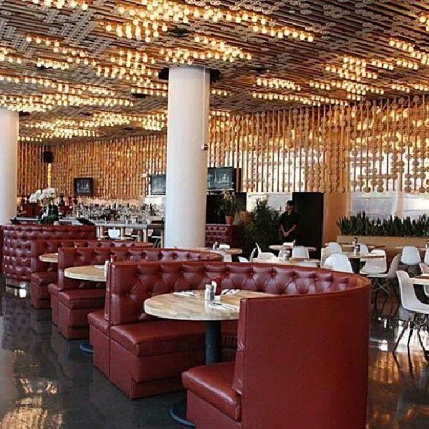 Hudson Eatery, em Nova York. Projeto do escritório Bluarch. #design #iluminação #light #lighting #lightingdesign #conceito #concept #interior #interiores #artes #arts #art #arte #decor #decoração #architecturelover #architecture #arquitetura #design #projetocompartilhar #davidguerra #shareproject #hudsoneatery #novayork #newyork #ny #nyc #estadosunidos #eua #usa #bluarch