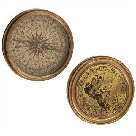 Brújula con una aguja que se ubica sobre un gráfico que contiene los puntos cardinales (norte, sur, este y oeste). Es un instrumento de orientación.