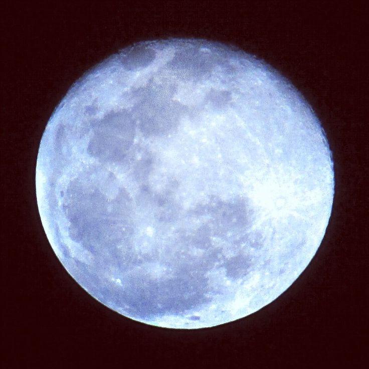 provocative-planet-pics-please.tumblr.com Jugando un poco con los ajustes de mi cámara Luna llena de hoy al 100% de visibilidad con efecto tungsteno de iluminación 24/03/2016  Para mei tachibana  @mexico_maravilloso @igersmexico @descubriendoigers @astralshot @astronomia @sky_captures @celestronuniverse #parameidevelasco #Tultepec #moon #luna #24032016 #planets #nature #naturaleza #fotografia #creativosmx #mexico2016 #night #blue #lunallena #messico #mexico_maravilloso #telescopio #moonlight…